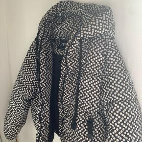 Rigtig fed jakke fra Zara. Købt sidste år men ikke brugt mange gange i vinters. En M og L vil kunne passe den. Spørg for flere billeder.  Byd!