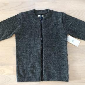 Varetype: Bluse Størrelse: 6år Farve: Grå Oprindelig købspris: 449 kr.  Stadig med mærker. Str 6/7  Mp. 175pp  Bytter ikke handel via ta betaler køber de 5% i gebyr.