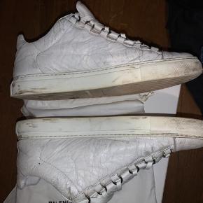 Balenciaga Low top hvid.  Str 43.  Boks + dustbag medfølger.   Brugt men i fin stand, også inde i selve skoen