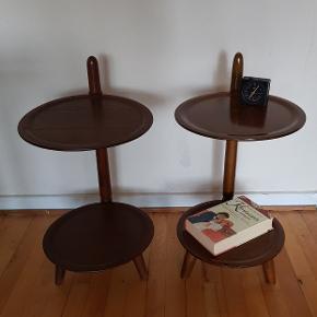 2 lækre mønsterbeskyttede runde borde fra 1950'erne, af møbeldesigner Edmund Jørgensen. Bordene har to bordplader på sokkel og tre ben. Bordene er blevet brugt som sengeborde, men der er mange anvendelsesmuligheder.   PRISEN ER FOR BEGGE BORDE!!   Bordene er stabile og måler:  højde 62,5 cm, omkreds 32,5 cm.    #danskdesign#natbord#sengebord#vintage#retro#rundtsidebord#bord#plantebord#palisander#lampebord#tobaksbord#teak#teaktræ#