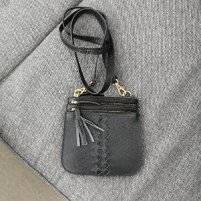 Aura crossbody taske i sort 😊 Lækker lille crossbody taske fra Aura i ægte læder. Den er næsten ikke brugt, højest 10 gange og der ses ingen tegn på brug 😀  Tasken er 15 cm høj og 14,5 cm bred. Sælges for 100 kr. plus forsendelse.