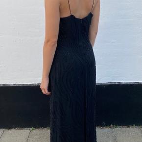 Den smukkeste lange kjole med perlebroderier. Perfekt til finere arrangementer, galla eller noget helt tredje. Ses på en str S men ville også godt kunne passe en M da den ikke sidder helt stramt på mig