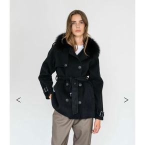 Ny Grøn meotine uld jakke, med ægte pels. Aldrig brugt. Fra den nye kollektion. Ny pris 3000 er i butikkerne nu.
