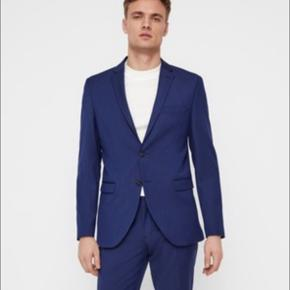Super fint jakkesæt fra selected. Jakke og bukser sælges for 400kr sammenlagt! Har kun brugt sættet få gange!