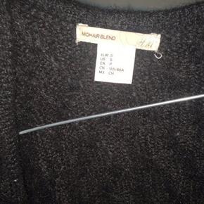 Sælger denne mohair cardigan fra h&m mega billigt, fordi jeg desværre slet ikke får den brugt!! Men den er mega lækker og har kun brugt den 1 gang Den fitter også medium og large  Np: 500