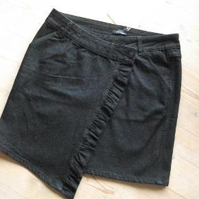 Varetype: ny nederdel Farve: sort demin  98% bomuld 2% spandex livvidde: 94 cm længde hvor den er længst: 54 cm længde bagpå 47 cm