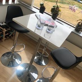 Barbord inkl. 3x stol som kan hæve og sænkes  Købt i Ilva for 6 måneder siden  Mål: 60x60 x 105  God stand.