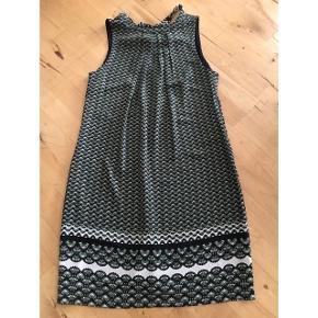 Sommerkjole uden ærmer, med fint bindebånd i ryggen.