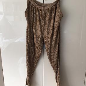 Fine pailletbukser fra Just Female. Desværre er nogle af dem begyndt at gå op men stadig fine bukser.