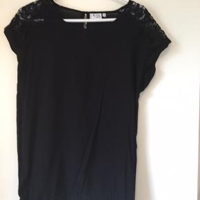 Rigtig fin t-shirt med blonde ved skulder, og elastik forneden 🌸 rigtig pæn stand 🌸Mp 10 kr