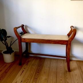 Gammel vintage/antik klaverbænk. Købt i en antikforretning for 400kr for fem år siden og har udelukkende været til pynt. Der er derfor ingen tegn på slid og den er - på trods af sin gamle alder - i god stand.