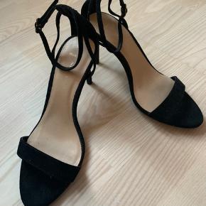 Prøvet på, aldrig brugt. De er wide fit, så har man lidt bredere fod er de super gode. Hvis de skal sendes betaler køber fragt