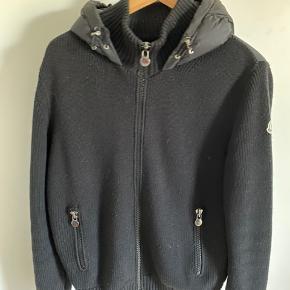 Sælger min elskede Moncler jakke da jeg desværre står lidt i en pengenød :-(    Der medfølger intet til den - men står 110% indefor ægteheden.   Størrelse M   9.5/10  Mp 2750,-   Mødes Kbh, eller sendes for 39,-