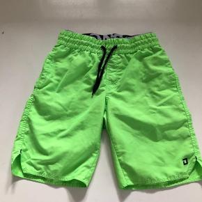 Brand: DWG Varetype: Badeshorts Størrelse: 12år Farve: Grøn Oprindelig købspris: 300 kr.  Super fede badeshorts, som kun er brugt få gange, fejler intet.                Bytter ikke og prisen er fast