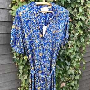 Smukkeste kjole Længde ca 125-135 cm ('drypper' i begge sider) Brystvidde ca 108 cm