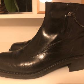 Håndlavede sorte skindstøvler.