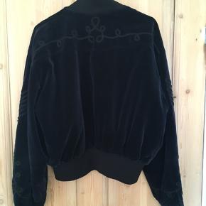 Vintage Escada-jakke. Mangler knap, men er udover det i god stand. Sælges kun ved rette bud. Velour.