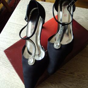Diva sko i satin, brugt en enkelt gang, fremstår som næsten nye. Hælhøjde ca. 6 cm