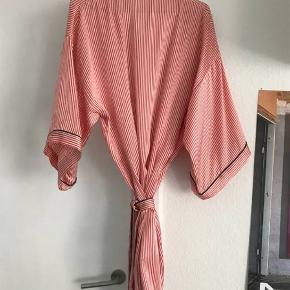 Kimono fra The Sophie  Silkekåbe i det blødeste silke. Den har 3/4 ærmer og bindebånd og vil gøre hverdagen det skønnere  Nypris var 2000 kr