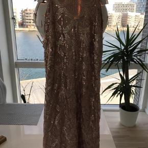 Varetype: Mini Farve: Lyserød,Sølv  Super flot kjole med glimmer. Sidder tæt.