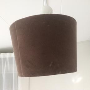 Lampeskærm i brun velour Sælges billigt da den ene stang er blevet løs inden i - kan godt laves