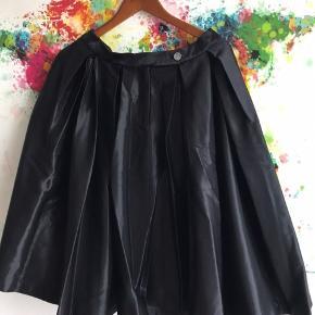 Den flotteste gala nederdel - er ret shiny materiale. Str 36. Aldrig brugt - nypris 2399. Ca 66cm lang