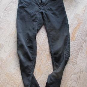 Klassiske sorte bukser fra Vero Moda str S/30. Brugte men i god stand uden pletter/slid/huller.  Se også mine flere end 100 andre annoncer med bla dame-herre-børne og fodtøj