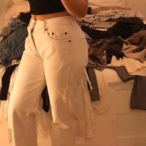Hvide levis jeans i ca W:28 L:30. Virkelig god stand, byd endelig🤗 Lige ben