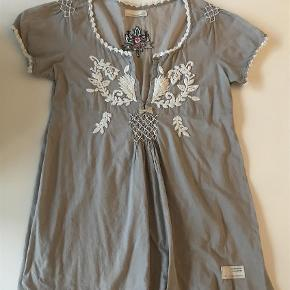 Varetype: Bluse fra odd Molly Størrelse: 1(2) Farve: Se foto  Smuk odd Molly bluse,brugt få gange  Det er en str 1 men jeg er en str 2 og passer den  Ved ts betaler køber for dette,tager mobilepay  Bytter ikke