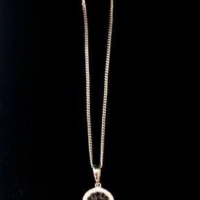 Nypris 9950 kr.  Smukt vedhæng, 18 karat hvidguld, pave fattet, med sorte og hvide brillanter, samlet ct. 0,40, Wesselton vs. Halskæde 14 karat hvidguld.   Diamant og guld - smykke