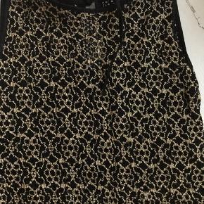 Flot sexet kjole. Der kan ses lidt igennem, lige skimte. Så smuk med en slidt bagpå. Meget enkel.