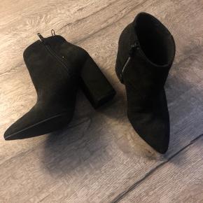 Fine sorte høje støvler med spids og en fin højde hæl. Kun brugt én gang🌸 Bare spørg for flere billeder