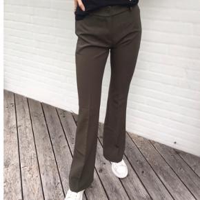 Flared bukser fra Design by si i mørkegrøn  Brugt en gang str. s   Kom gerne med bud