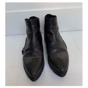 Sorte Vic Matié støvler med lynlås ⚫️  - Str. 39,5 men lidt små, passer en 39 - sort skind - spids snude - lettere slid, derfor god men brugt. Stadig fede og kan sagtens bruges. Bestemt ikke slidte.  - Nypris 2000,-   Se også mine andre fine annoncer. Giver gerne mængderabat 💕