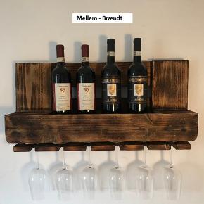 Unikke vinhylder af træ fra paller i 4 forskellige størrelser (se fotos). Alle modeller på lager.  STØRRELSER OG PRIS  Smal:     250 kr (4 glas, 2-3 flasker, 52cm bred) Mellem: 350 kr (6 glas, 4 flasker, 66cm bred) Bred:     475 kr (10 glas, 8 flasker, 120cm bred)  (ca 33cm høje, 14cm dybe)  VARIANTER Let brændt, Brændt eller Sortbejdset (se foto eksempler)  GENERELT Hylderne er slebet og olieret, så de har et flot gyldent skær og er rengøringsvenlige.  Skruer og dybler til montering inkluderet.  Fragt: Afhentning gratis, GLS pakkeshop (hele landet) - Smal og Mellem 75kr, Bred 119 kr.  Angiv ønsket størrelse/variant og om du henter eller fragt med GLS.  Betaling: Kontant ved afhent / paypal eller bankoverførsel ved forsendelse