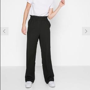 Pieces vidde bukser med elastik i taljen. Super fine, sælges grundet at de er købt i forkert størrelse. Nypris var 300. Mp: 150 pp