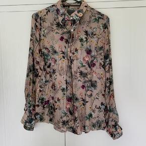 Silke skjorte i super fin stand. Kun brugt et par gange.