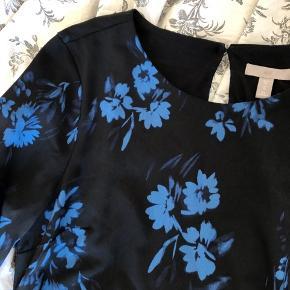 Fin simpel kjole med blå blomster Har bånd som man kan binde som man vil Perfekt stand
