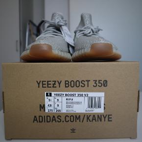 """Sælger disse Adidas Yeezy Boost 350 v2 """"Sesame"""" i en str. 43 1/3. Skoene er DSWT og alt OG medfølger naturligvis.  Skriv hvis du ønsker flere billeder, eller andet.  Jeg søger IKKE trades."""