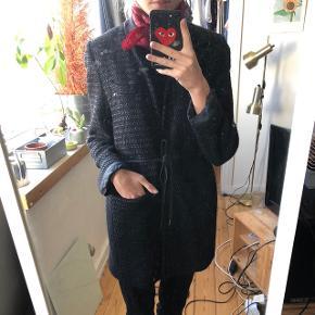 Fin frakke/ blazer i sort vævet kvalitet med foer og lommer, lukkes med snor om livet, den er brugt men har stadig lidt år i sig, np var omkring 2000, passer både s og m  sælges til 300 inkl fragt