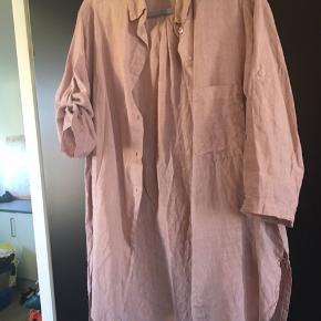 Lækker rosa-farvet hørskjorte. Nypris 800,-. Onesize.  Bytter ikke
