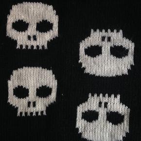 Fedt varmt strik tube halstørklæde med skulls. Nypris var 299.  Giv et bud