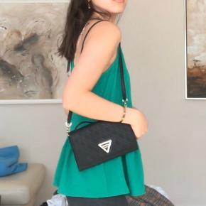 Super sød grøn top fra GUESS perfekt til sommer! Har stadig prismærke på😍  Str S #30dayssellout