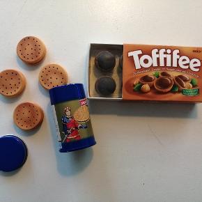 Fedt autentisk legemad i træ. 4 stk chokoladekiks i dåse og 6 toffefee i æske. Kun åbnet for at tage billede.  Min datter fik det i gave, men er ikke interesseret