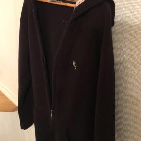 Sælger denne strik trøje fra Burberry da den er for lille til mig. Trøjen blev købt herover siden, men er aldrig komme i brug siden købet, da den som sagt er for lille, så den har kun hængt i skabet siden.  Trøjen fremstår i fin stand, uden huller el anden misvedligehold.  Giv et fair bud.