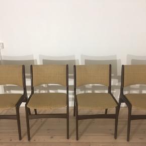 Fire flotte solide stole i teaktræ. Jeg købte selv stolene med en plan om at ombetrække dem, men det har jeg aldrig fået gjort, så nu håber jeg at en anden forelsker sig i stolenes flotte design.  Selve betrækket er gammelt og har nogle brugstegn i form af nogle misfarvninger og én af stolene har et hul i betrækket (se billede og spørg gerne efter flere). Selve træet er i rigtig god kvalitet og super stand.   De fire stole sælges samlet. De sælges billigt pga. betrækket.  Den samlede pris for alle stolene er 300 kr.  Kan hentes på Amager.