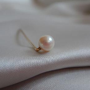 Super smuk ægte perle på guld nål. Gætter på at det er en slipsenål? Stemplet HG samt 585 for 14 karat. Gætter på den er fra perioden mellem 1900s-1930s. Længde 6 cm. Perle 7 mm i diameter.