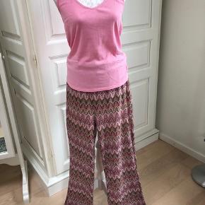 Smukt sommersæt. Toppen er i bomuld fra Gustav - bukserne i Missoni-strik er fra Vero Moda. Toppen er i XL, bukserne i L - men begge dele er meget fleksible i størrelserne. Sælges som sæt.