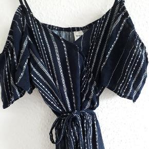Fin kjole købt i New Zealand 🌸 Brugt få gange, så fejler intet! Har elastik i livet og bindebånd i taljen, samt trykknap foran så den kan gøres mindre nedringet 👗