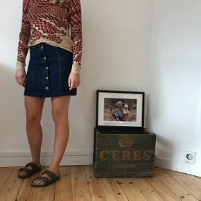 Denim nederdel i str. 34. Er som ny, brugt 2 gange